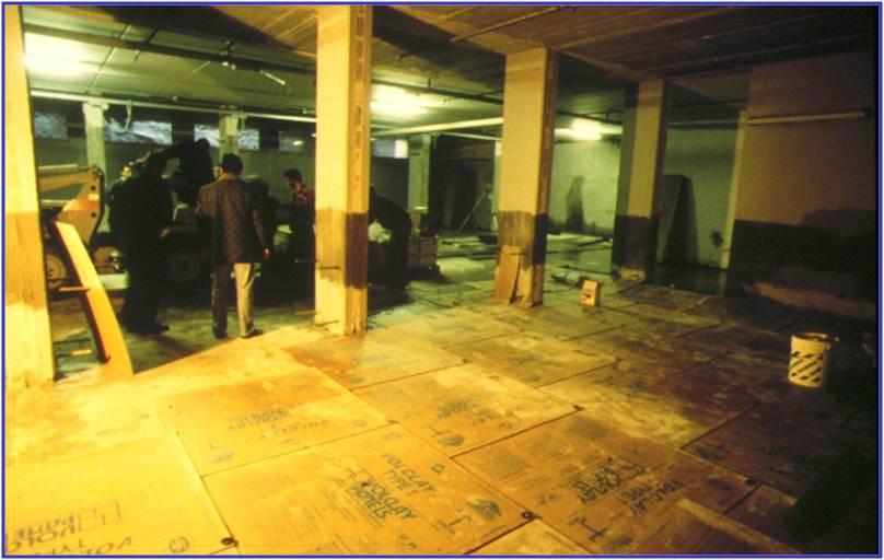 02B - Dopo avere estratto l'acqua con idrovore si è proceduto alla posa  a pavimento dei pannelli con bentonite