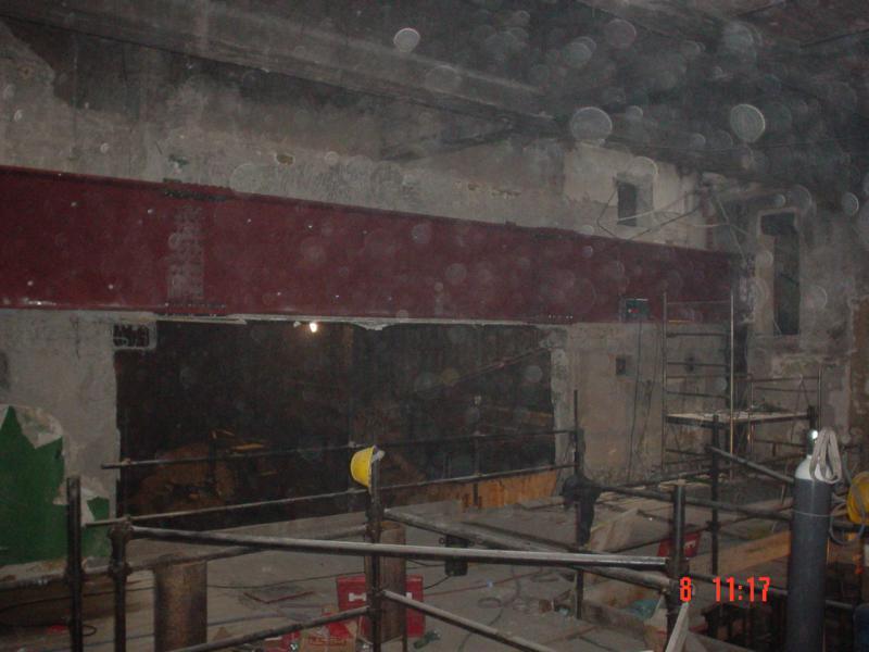 12B - trave in acciaio assemblata in opera per sostenere la cabina di proiezione dopo la demoliziomne del setto della foto A