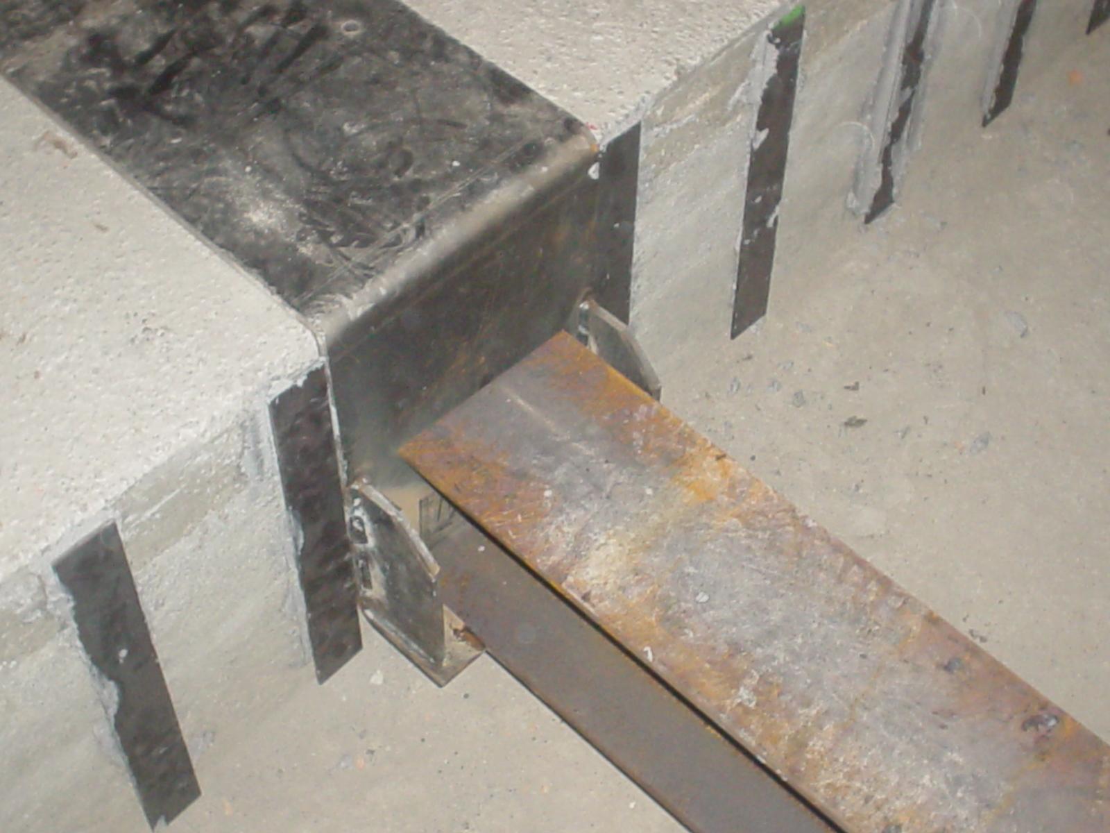 15H - Dopo il placcaggio con resina epossidica  di ferri con funzione di staffa posa dei travetti in profilato d'acciaio