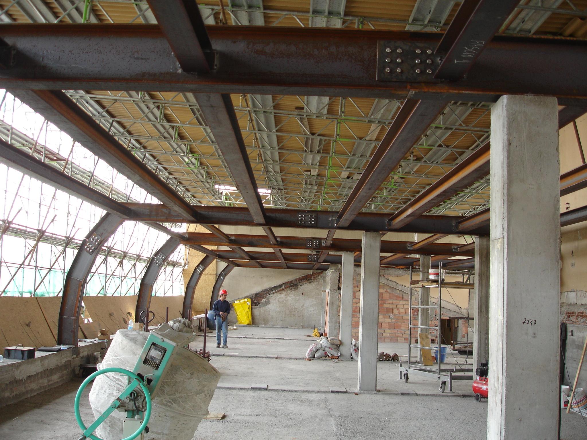 15N - Ricostruzione della struttura della copertura con capriate sagomate e travetti in acciaio