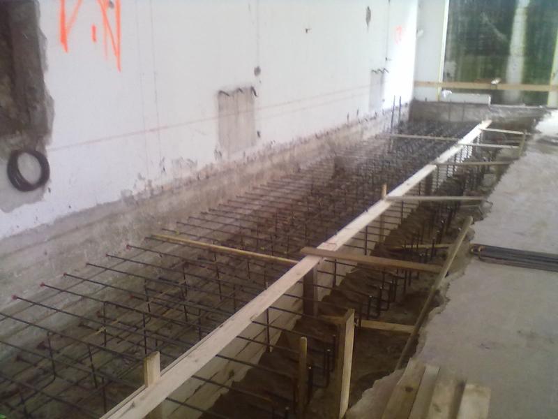 21A - Si realizza una porzione di platea contro il muro esistente connettendo con resina i ferri di chiamata