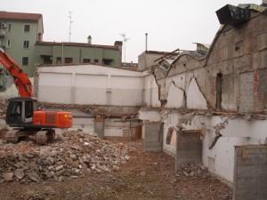 21C - Dopo la costruzione dei setti, che saranno incorporati nei muri di divisione dei box, si demolisce il solaio del piano terra