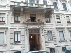 23B - Il portone d'ingrsso e le mensole decorate dei balconi
