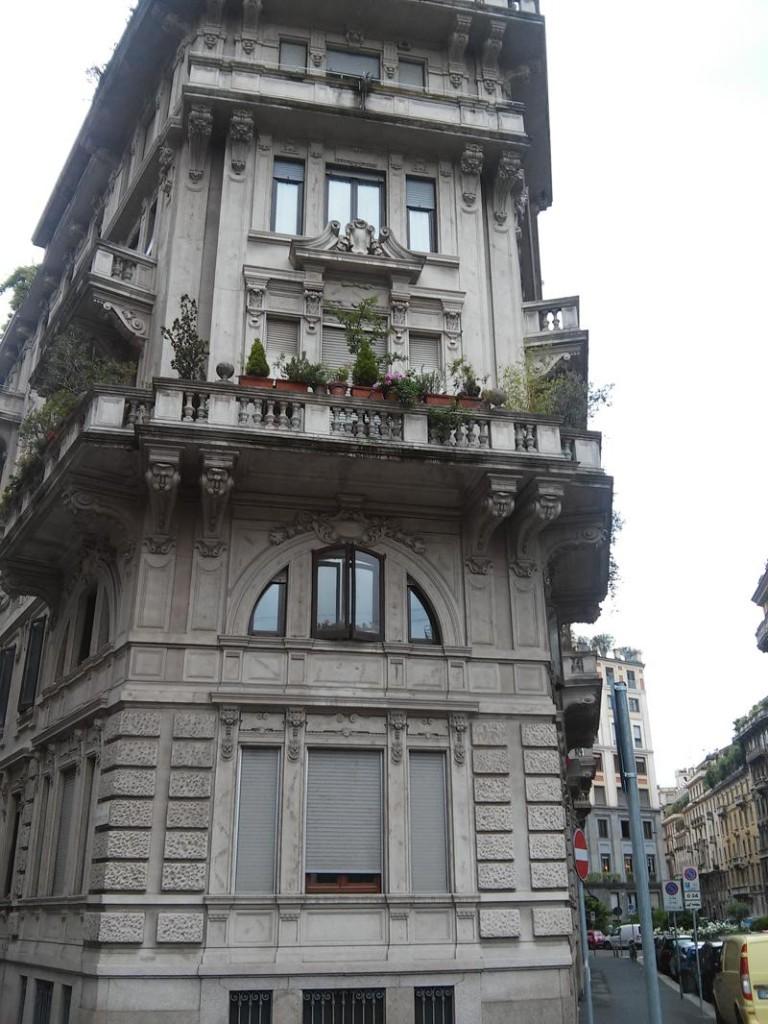 23C - Particolare di un balcone e dei cementi decorativi